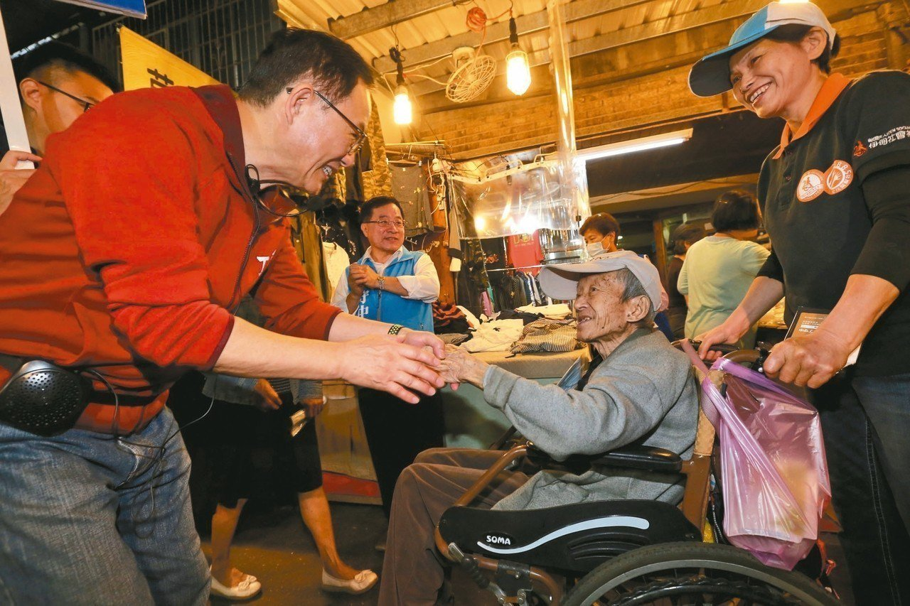 台北市長參選人丁守中(左)昨到士林華榮市場拜票,高呼恢復重陽敬老金,爭取長者的支...