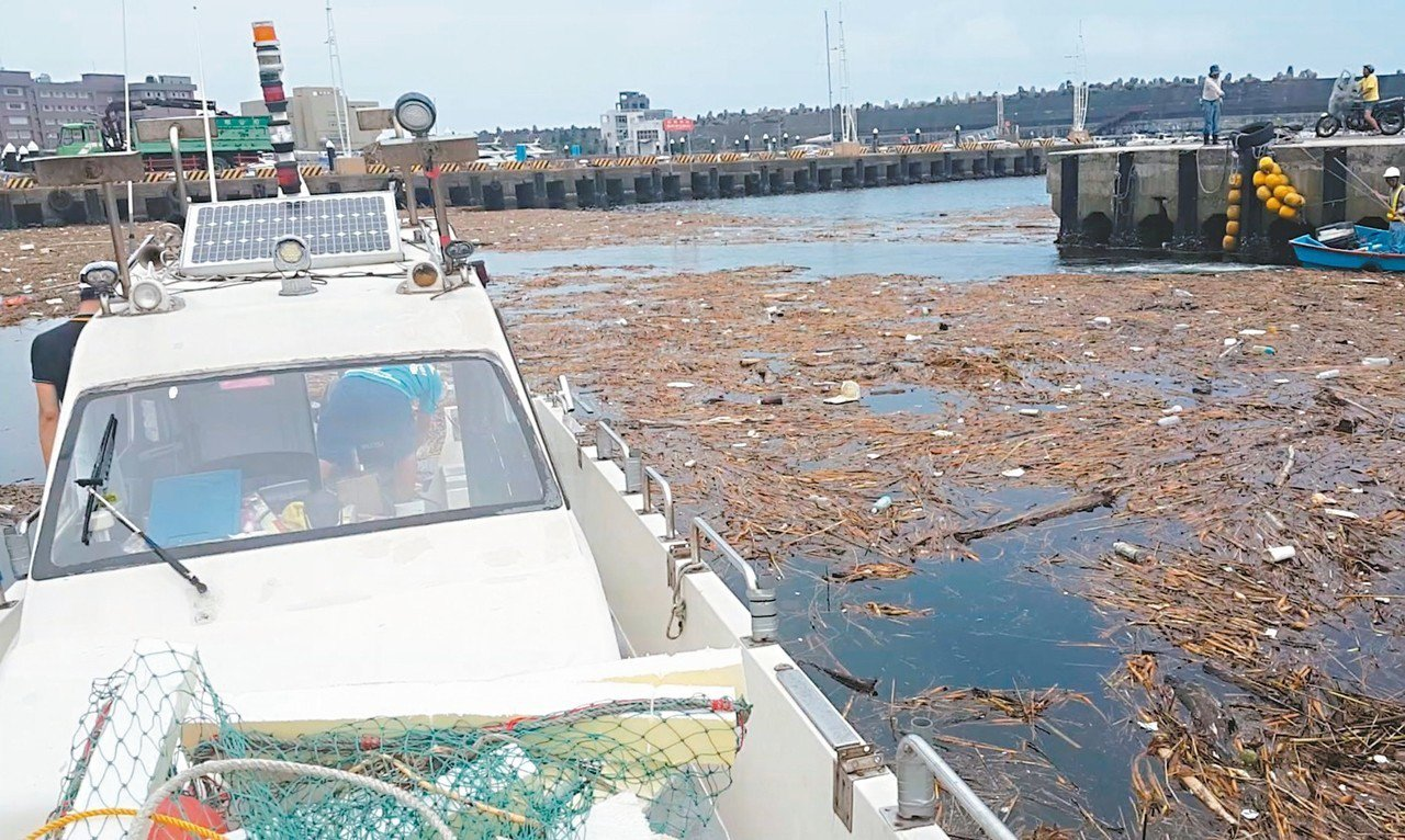 基隆大量的海漂垃圾,讓漁民很頭痛。 圖/蔡馥嚀提供