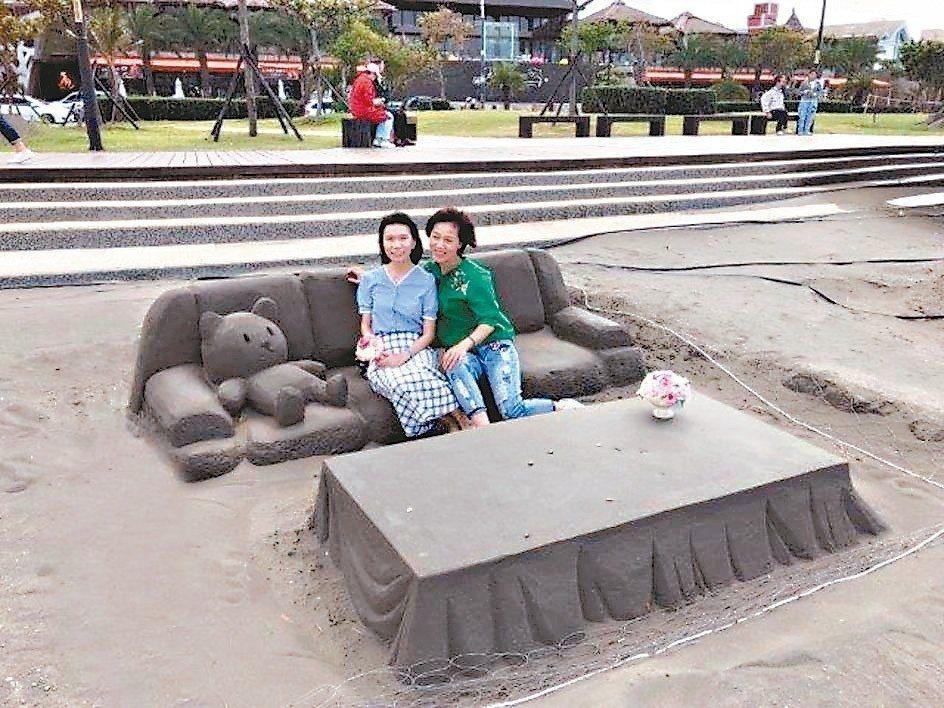 新北八里沙雕藝術裝置中,這套沙發及桌子,是「唯一」可以讓人「坐」上去體驗並欣賞河...