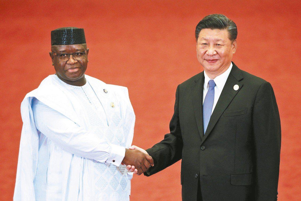獅子山共和國總統比歐(左)取消陸資機場計畫,圖為比歐九月與中共國家主席習近平(右...
