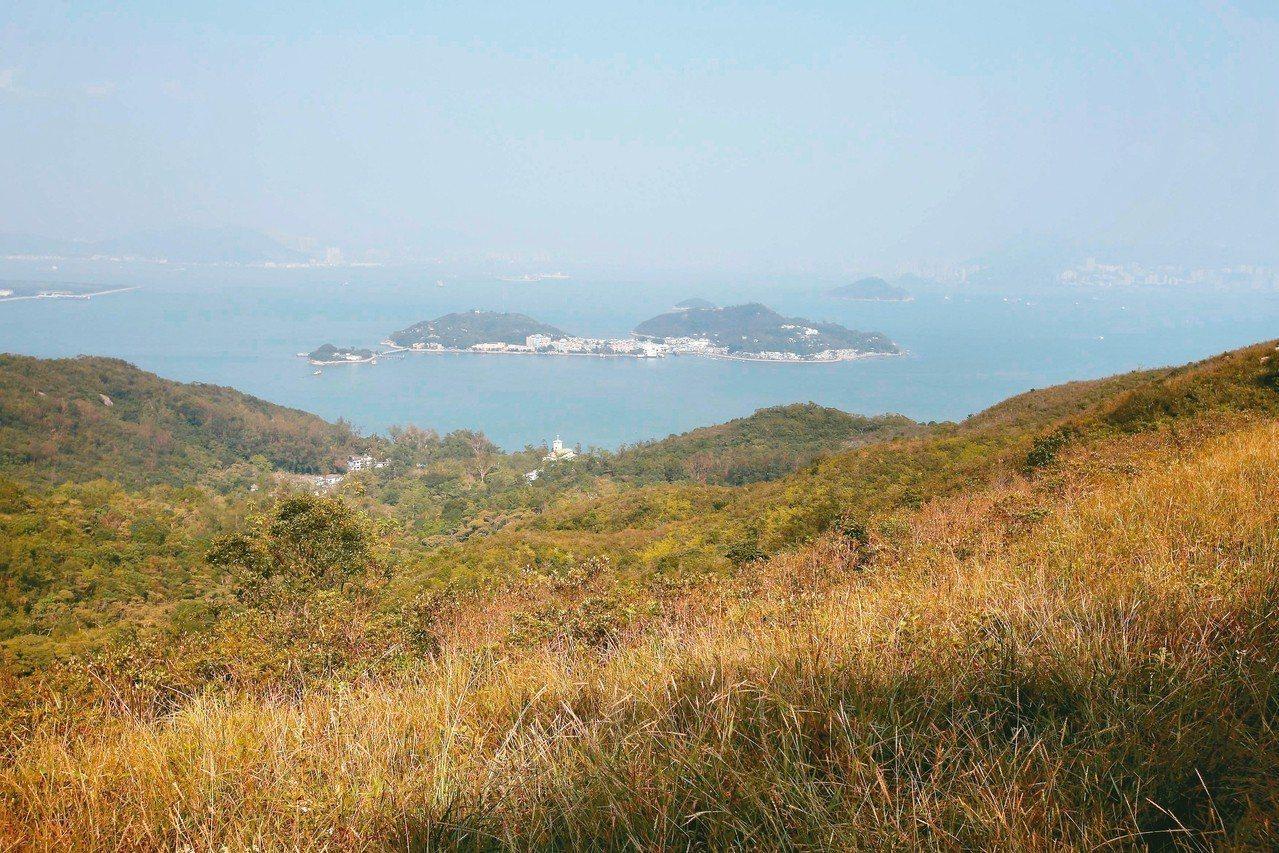 香港特首林鄭月娥的新施政報告宣布,將啟動「明日大嶼」的填海造島計畫,但遭反對派人...