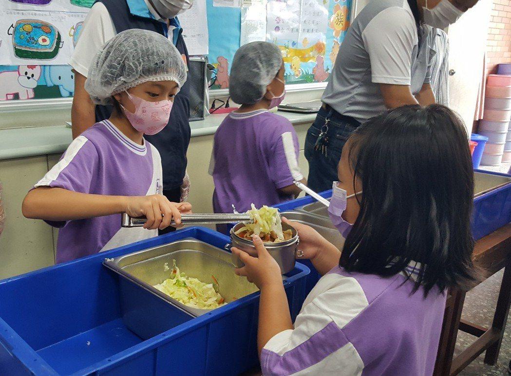1960年代,台灣開辦營養午餐,起心動念也非愛護孩子,「而是要吃美國人吃不完的食...