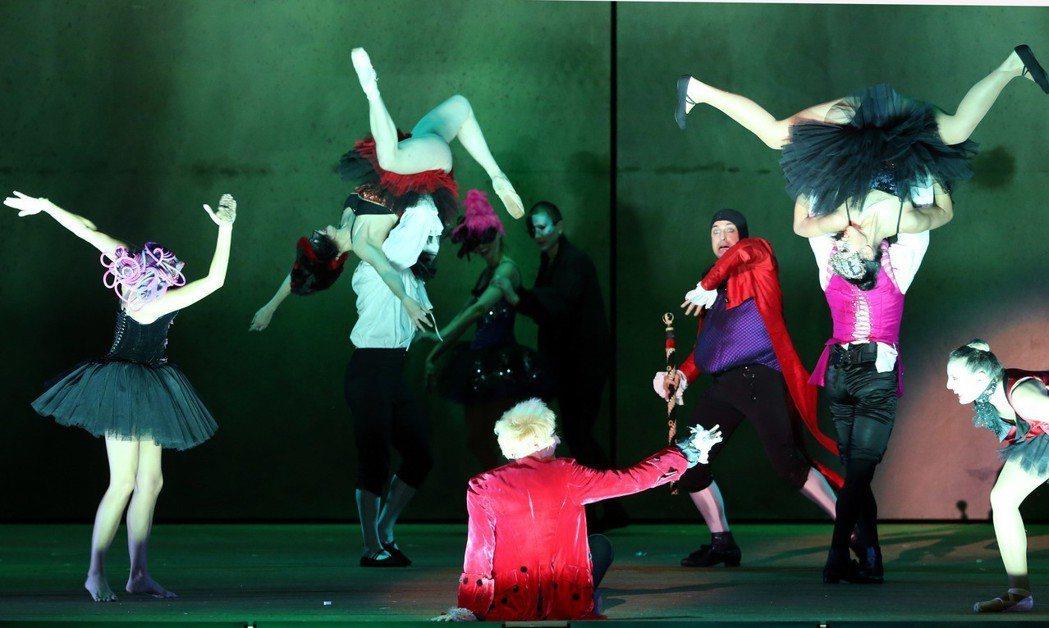 經典法劇《搖滾莫札特》昨晚首度登台,精彩表演引起粉絲尖叫。 記者林俊良/攝影