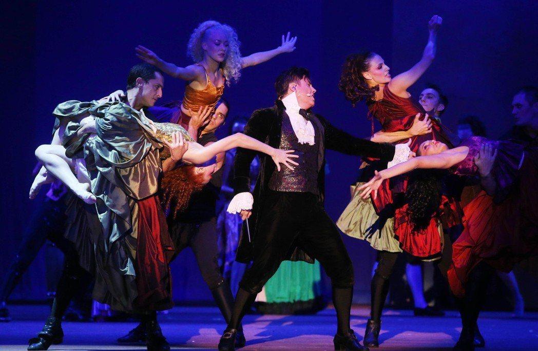 經典法文音樂劇《搖滾莫札特》昨晚於台北首演,男主角帶領觀眾進入十八世紀維也納哈布...