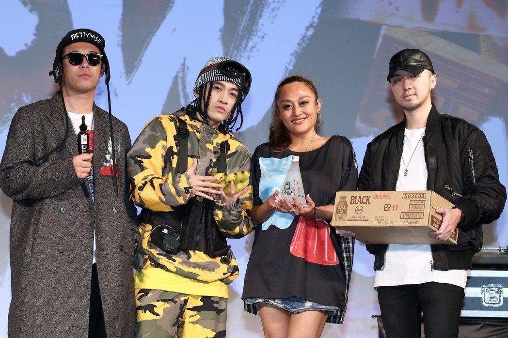 嘻哈金童BCW(左二)昨天舉行《NO COMPLY》專輯與演唱會媒體見面記者會,...