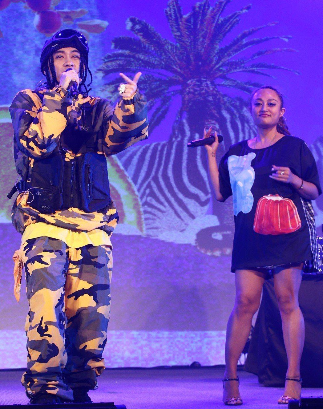 嘻哈金童BCW(左)舉行《NO COMPLY》專輯與演唱會媒體見面記者會,與來賓...