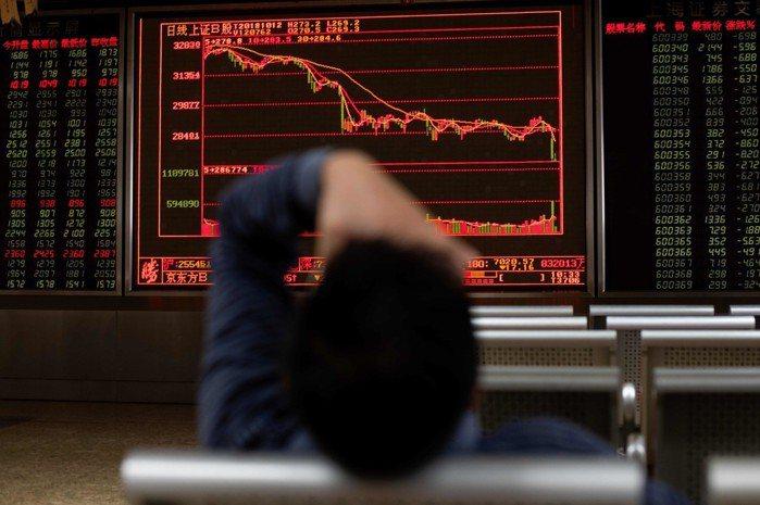 美股10日大跌幅度逾800點,連著帶動大陸股市11日急挫。 (法新社)