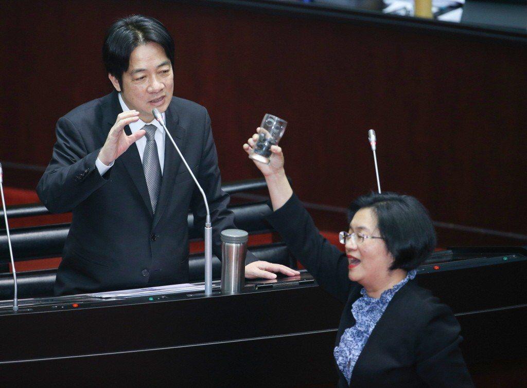 2018年3月,國民黨立委王惠美(右)總質詢時拿出用容器裝的煤,問行政院長賴清德...