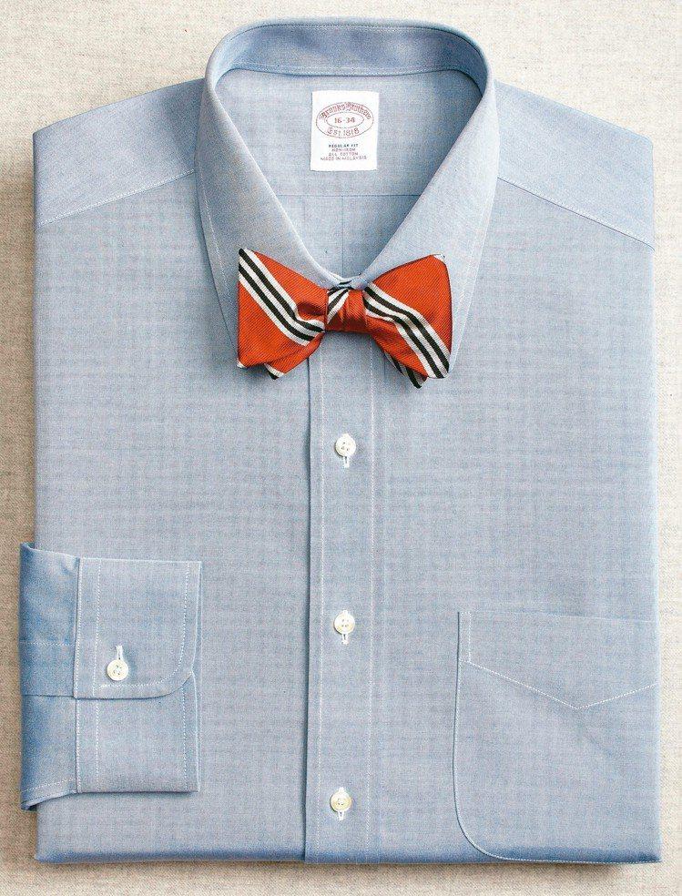 西服領襟和襯衫領片大小,寬窄比例要對稱;領帶的打法其實只有一種,叫做繫緊它,不是...