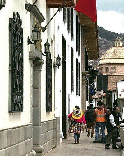 在古城庫斯科,時常看到穿著傳統服裝的印加婦女。圖/葉一南(「亞洲五十最佳餐廳...