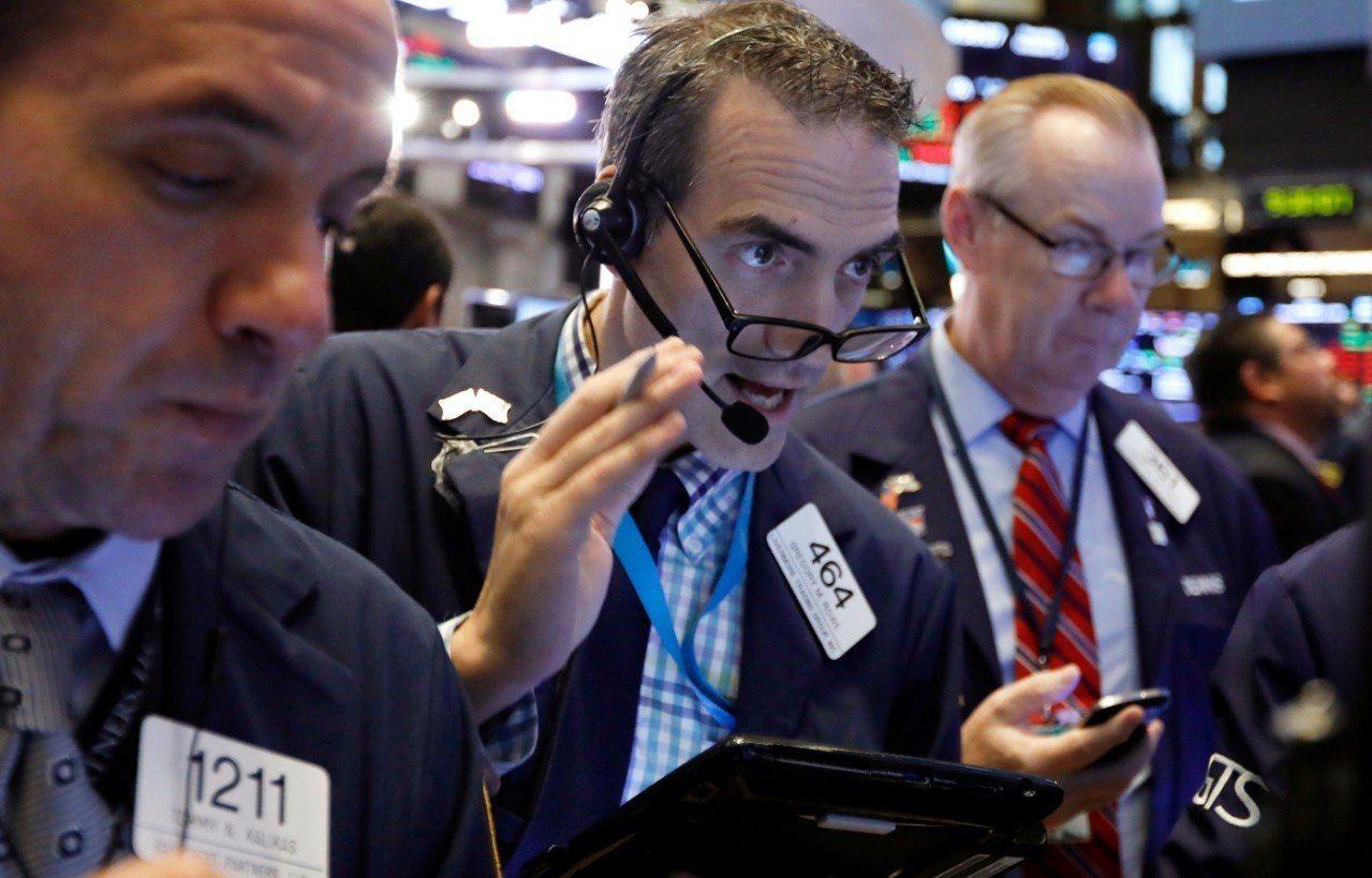 美國股市11日盤中波動劇烈,道瓊工業指數一度大跌將近700點,終場下跌545.9...