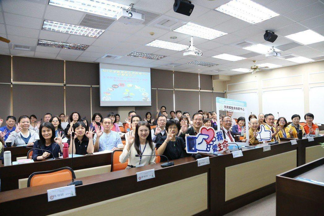 南華大學聚集菁英分享「生命教育十堂課」,落實以生命力帶動生命力,與會人員合影。 ...
