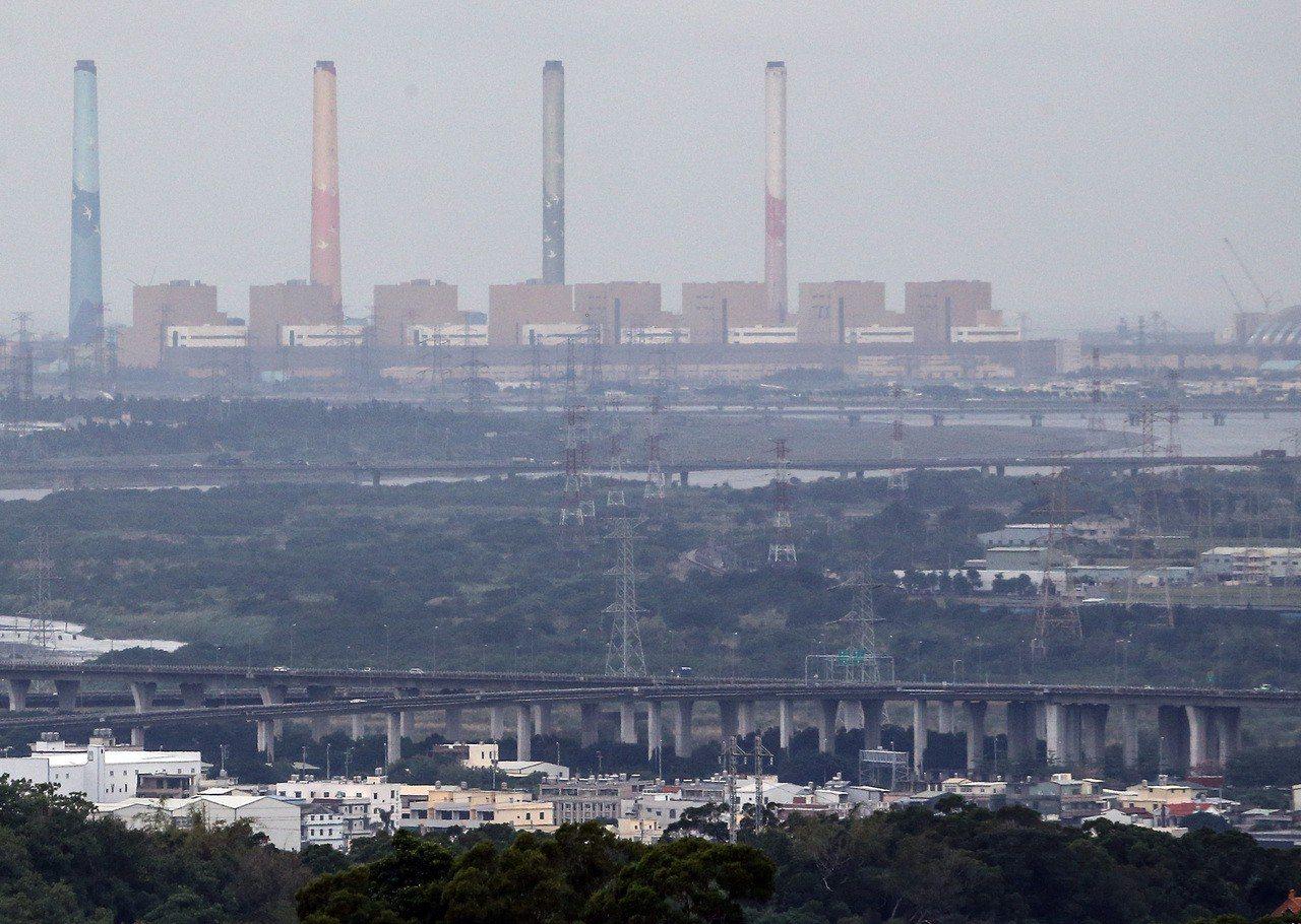 圖為台中火力發電廠。聯合報系資料照片