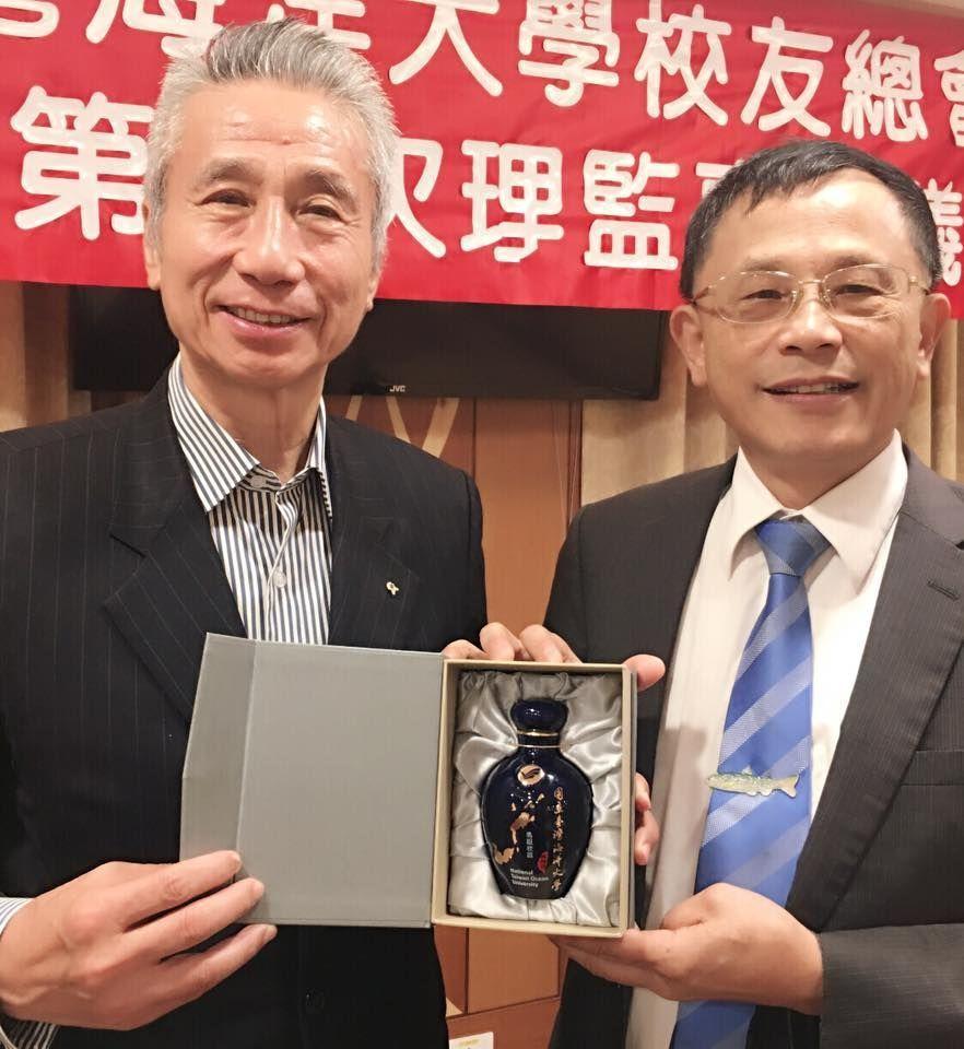 海大校友總會會長三圓建設董事長王光祥(左)、海大校長張清風。 圖/海大提供