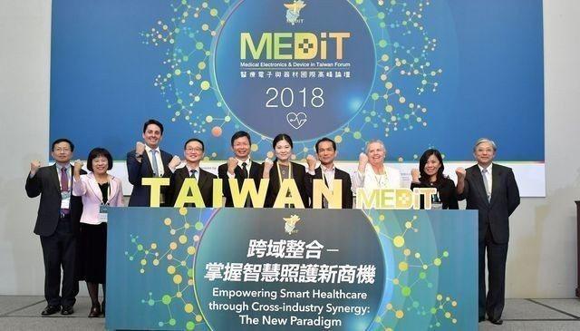 經濟部工業局主任祕書陳佩利(左六)與出席貴賓,共同為2018醫療電子與器材國際高...