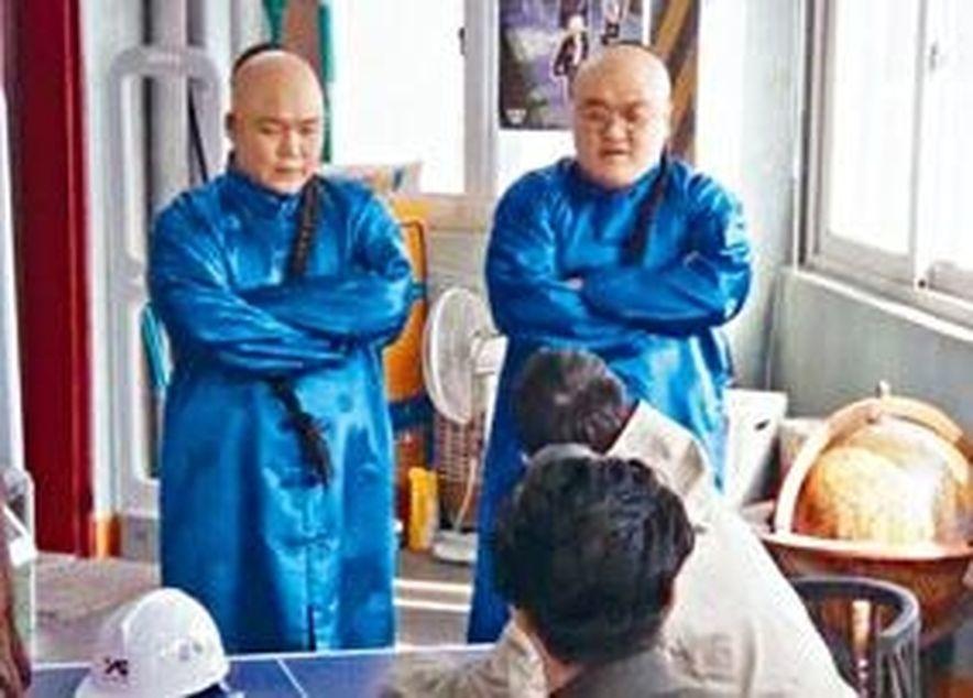 《YG戰資》劇中出現兩名留辮穿清裝的保鑣。(視頻截圖)
