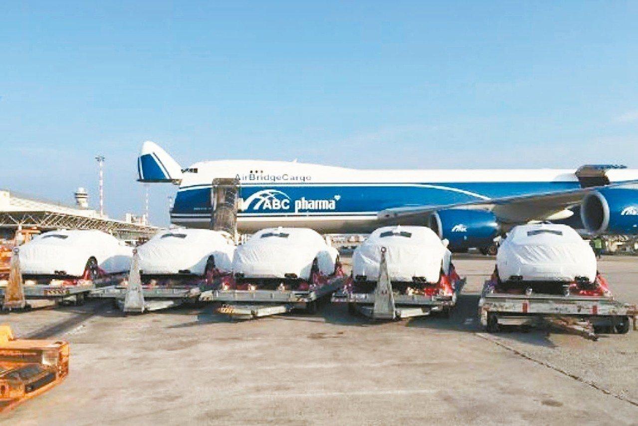 40輛瑪莎拉蒂Quattroporte日前以包機運抵巴紐。 AirBridgeCargo提供