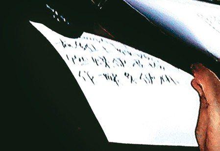 行政院長賴清德上午到立法院備詢,上台前先寫了紙條請內政部長徐國勇傳給經濟部長沈榮...