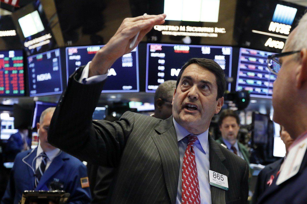 美股重挫帶動骨牌效應,亞股和歐股收低。有分析師憂心全球經濟可能進黑暗期,但也有分...
