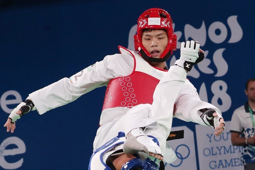 青奧中華跆拳道男子+73公斤級好手李孟恩(紅色護具)奪銀。 中央社