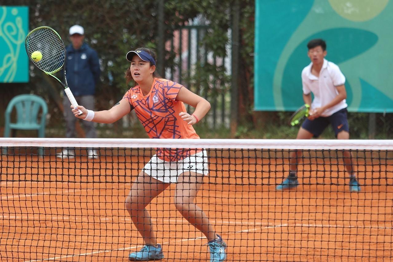 青奧中華網球曾俊欣(右)、葛藍喬安娜(左)搭擋混雙晉級8強。 中央社