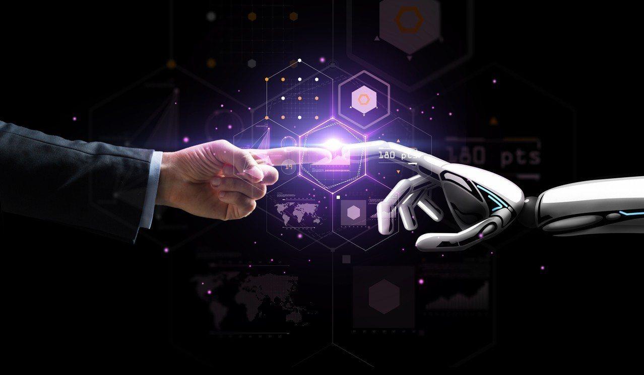 台經院院長林建甫看台灣在人工智慧(AI)發展,他強調,台灣擅長硬體製造,但未來不...