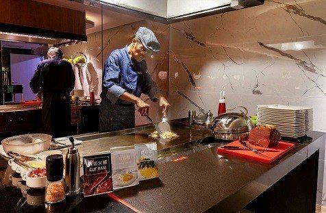 餐廳提供免費主廚鐵板早餐,一週7種選擇,現點現做。 潮旅館/提供