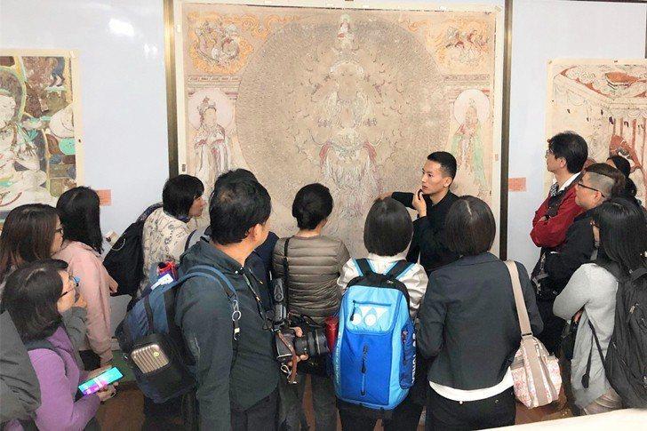 西北師範大學敦煌學院教授向臺師大EMBA學員導覽當地文物。 臺師大EMBA/提供