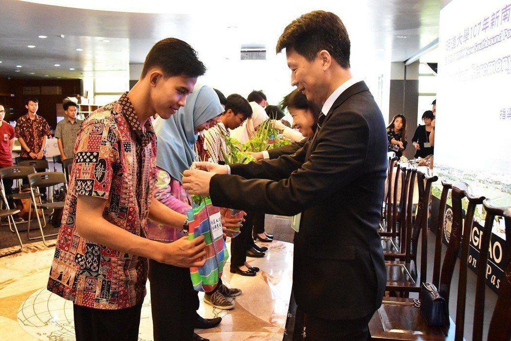 印尼籍新生循古禮拜師,老師們則以蔥、芹菜、筆記本回禮。 明道大學/提供。