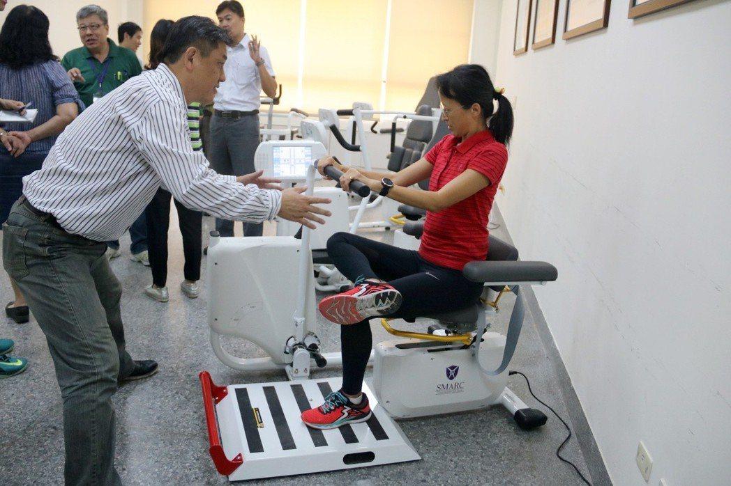 弘光科大成立銀髮體適能促進中心,訓練長者四肢肌力。 弘光科大/提供。