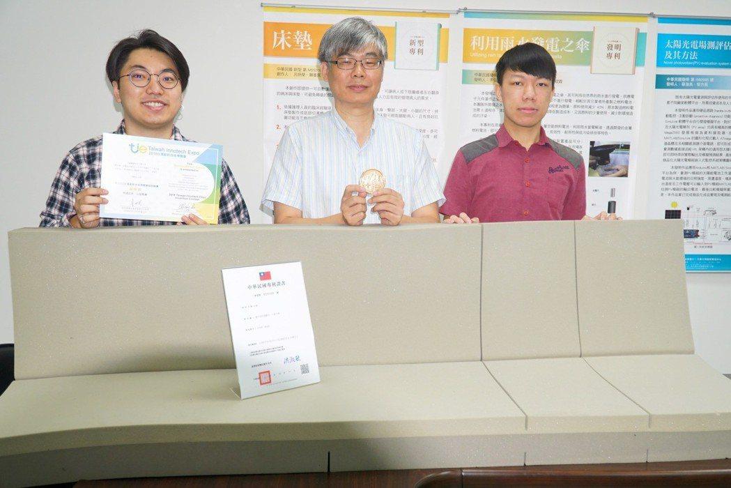 大葉大學醫材學程主任賴峰民(中)與台中榮總合作開發的「床墊」,獲頒台灣創新技術博...