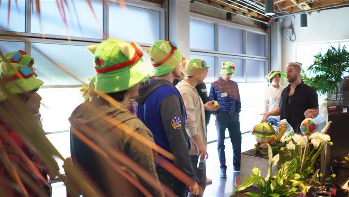 新員工進入公司後,會戴一段時間提摩的帽子參加各項入職活動,以提高他們的文化認同感...