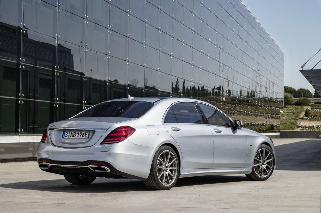 Mercedes-Benz S560e可輸出綜效馬力476hp。 摘自Merce...