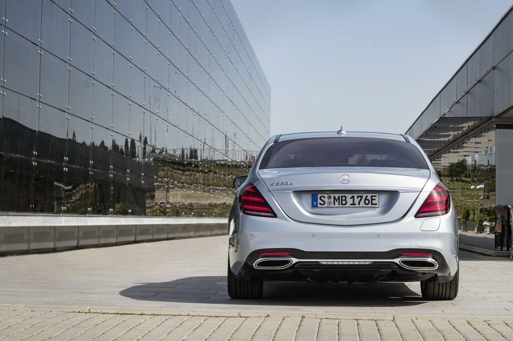 Mercedes-Benz S560e所配置的電池組容量較小,因此純電模式之下的...