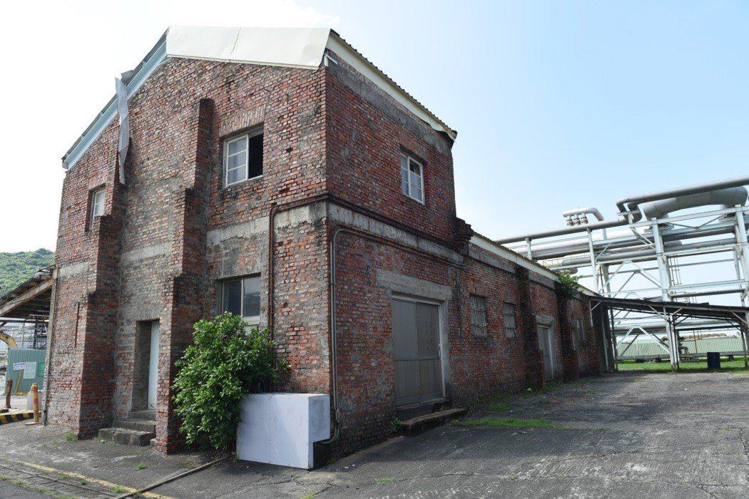 煉油廠內紅磚廠房,建材為日本時代。 圖/作者自攝
