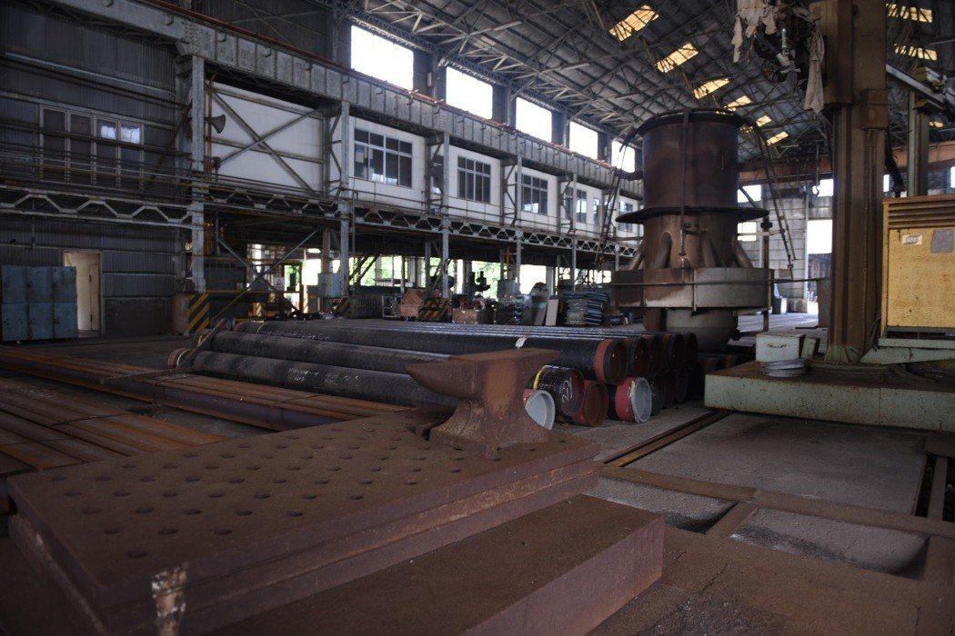 高雄煉油廠內與國定古蹟台北機廠非常類似的廠房。 圖/作者自攝