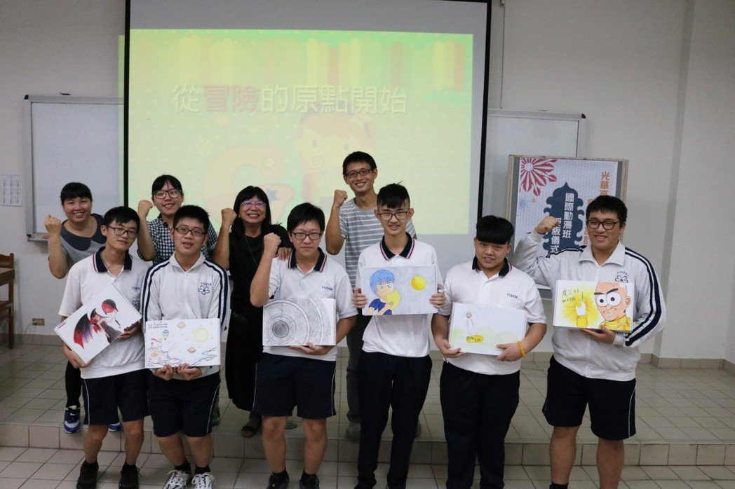 光華高中校長張淑霞依據不同專業班級學生特質和獨特性,進行動畫師宣言、廚師宣言、及...