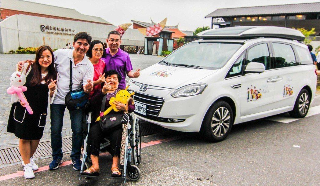 裕隆員工華創車電李奶奶坐上兒子紹豪參與設計的台灣國產第一台全齡福祉車,行動不便的...