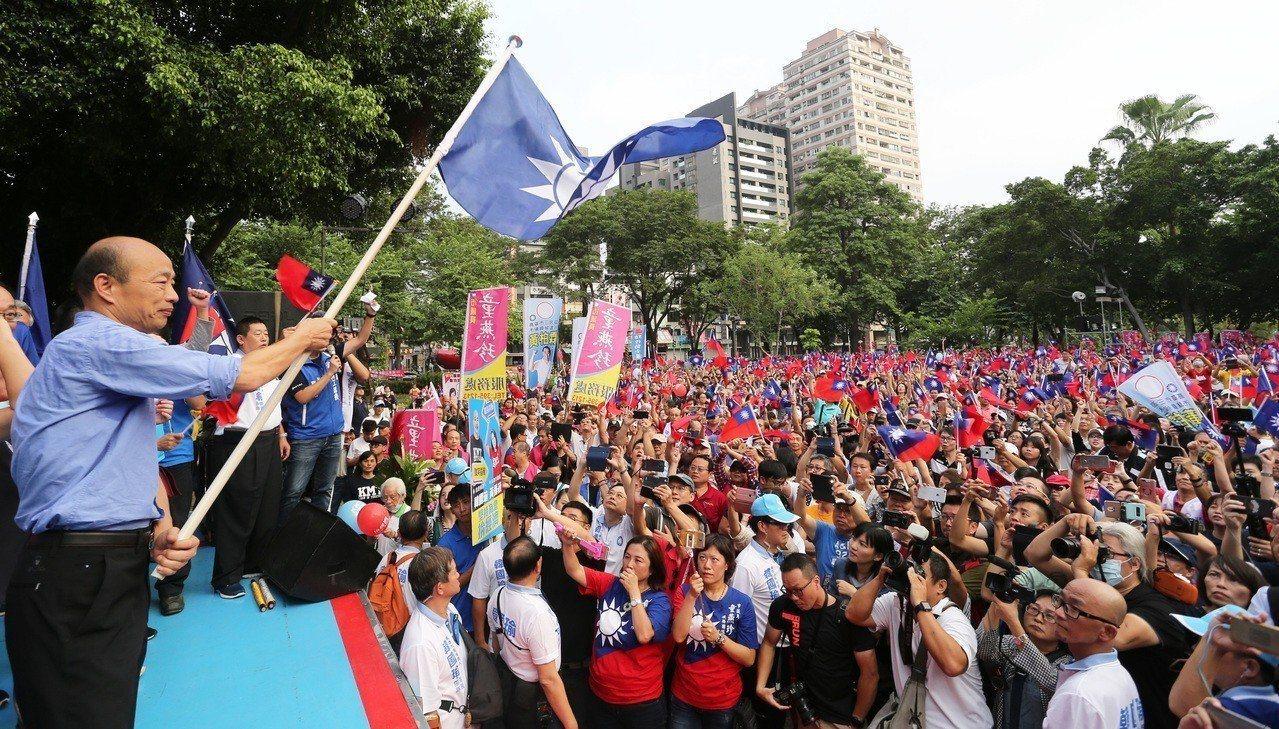 「韓國瑜現象」成了年底選戰最熱門話題,他所到之處總能激起支持者的熱情。記者劉學聖...