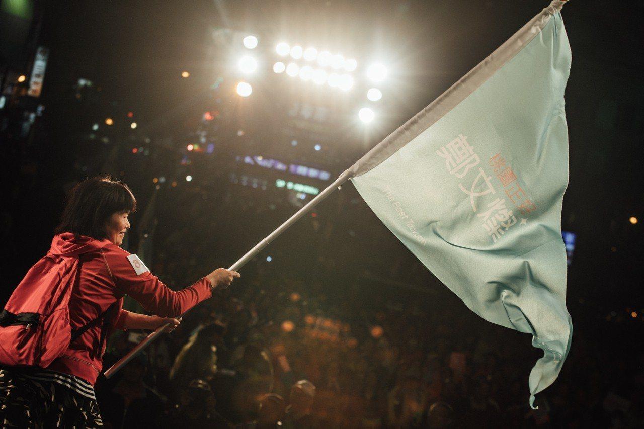 每個勞工團體後援會上檯接受後援會大旗並揮舞。圖/鄭文燦競選團隊提供