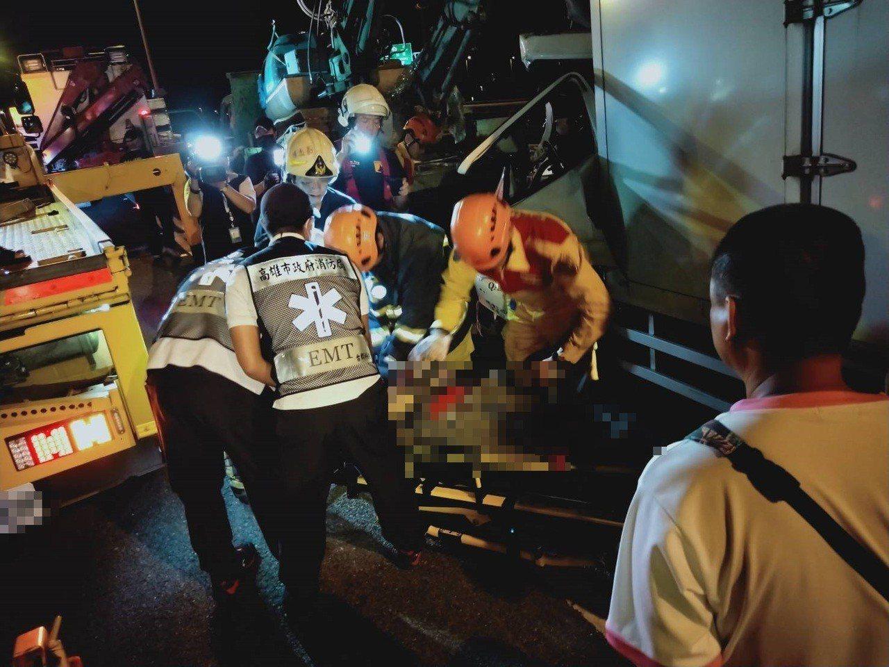 救護人員抬出冷凍貨車楊姓司機,緊急送醫後仍不治。記者林保光/翻攝