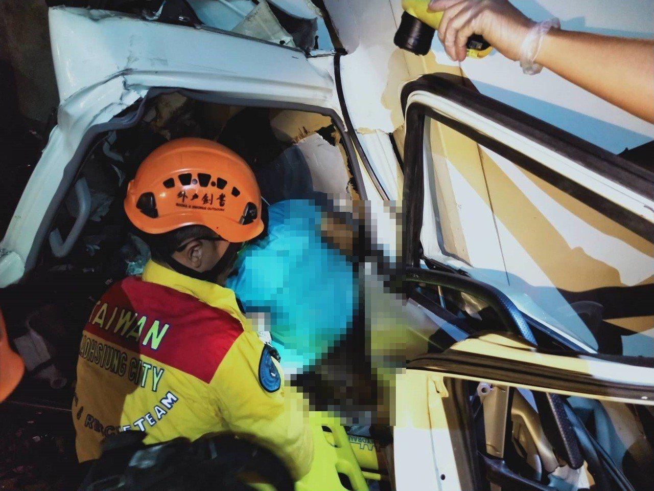 救護人員從已凹損不成形的冷凍貨車車頭抬出楊姓司機。記者林保光/翻攝