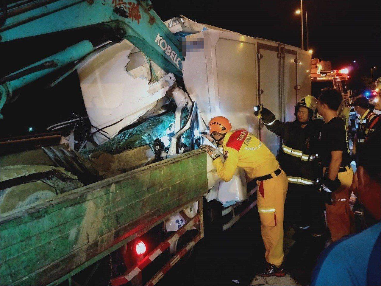 國道10號今天凌晨追撞車禍,冷凍貨車追撞前方載挖土機的大貨車,挖土機臂穿入冷凍貨...