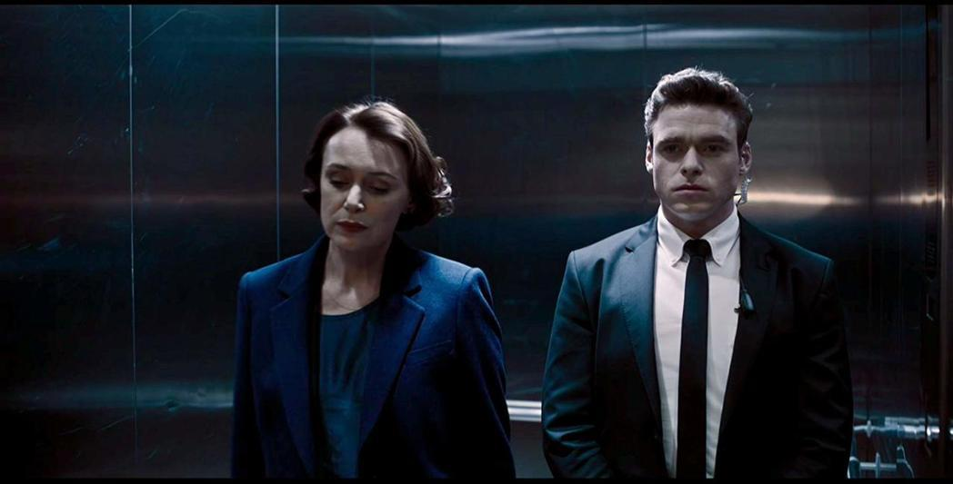 李察馬登(右)扮演帥氣保鑣,成為英國最新男神。圖/摘自imdb