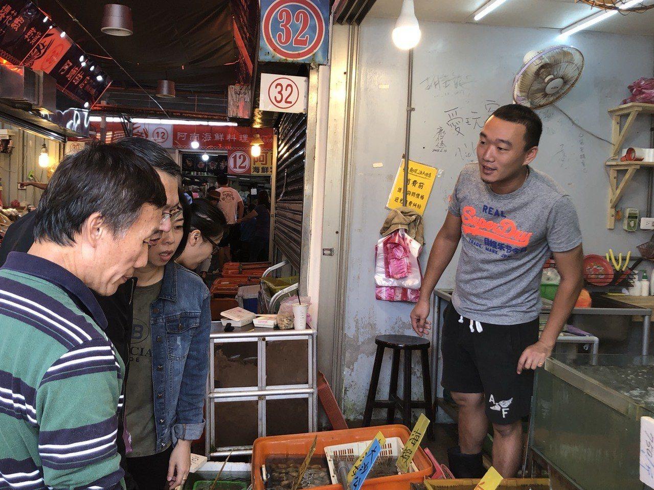 新北市萬里龜吼漁港漁夫市集,最近每逢例假日都擠滿購買萬里蟹人潮,有一位活力十足、...