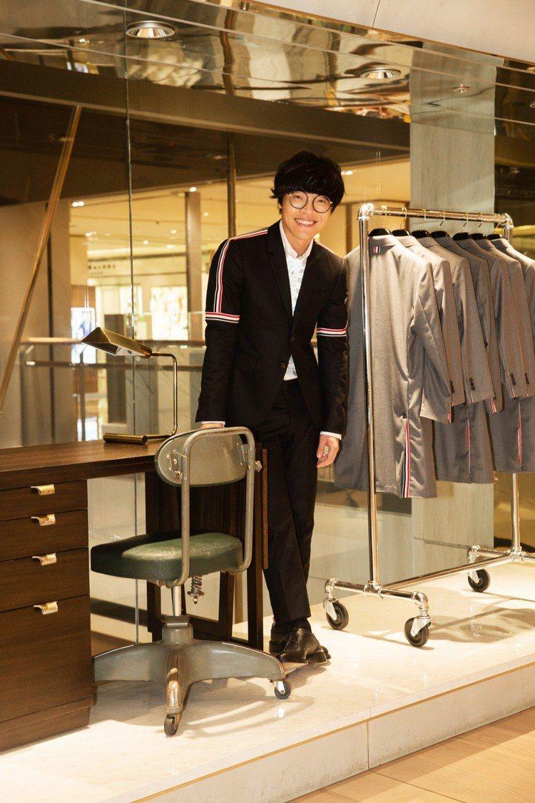 剛奪得金鐘視帝及最佳新人獎的盧廣仲穿Thom Browne法蘭絨西裝外套,售價5...
