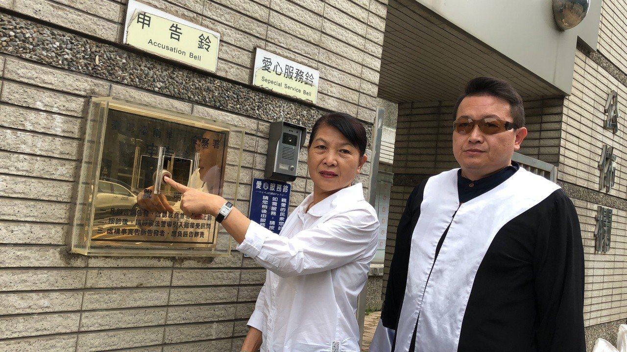 市議員蔡秋蘭今天上午到台南地檢署按鈴提告市黨部,散發黑函,打擊選情,涉違反選罷法...