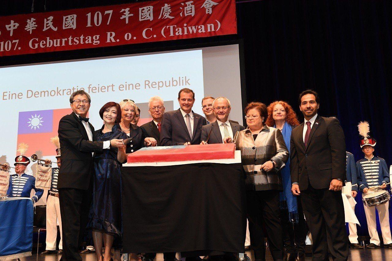 駐德國代表處今年國慶酒會,紅布條上的國名縮寫ROC變成RoC。圖/取自駐德國代表...