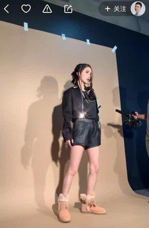 在一旁的化妝師直播,竟出賣Angelababy非長腿,是五五身。圖/摘自微博