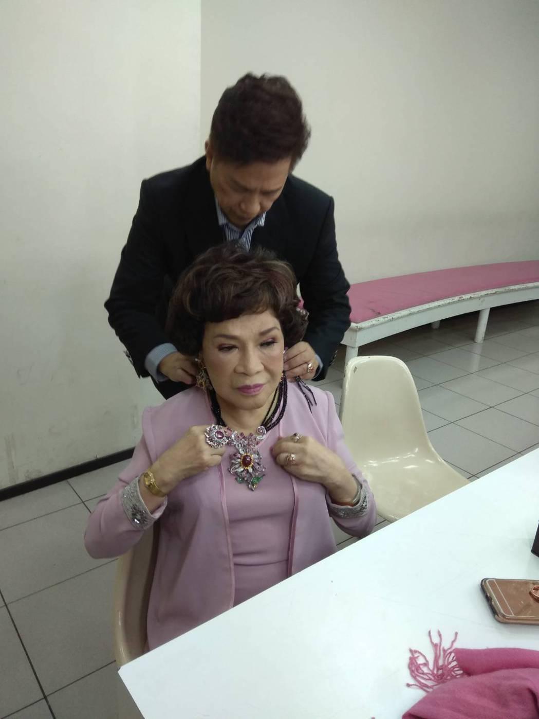 李朝永幫周遊戴珠寶。圖/中視提供